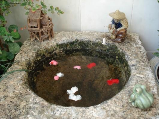 新砌鱼池的砖和原地面墙面会接触的比