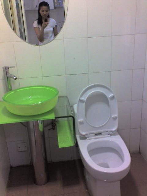 这是刚安装好马桶和洗手盆时候的洗手间