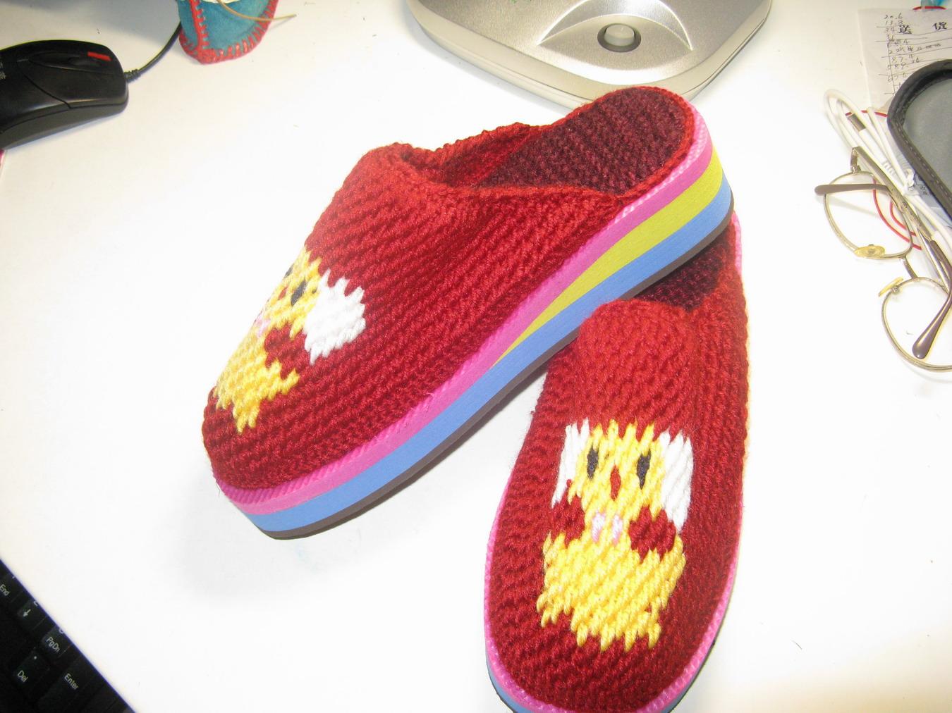 妈妈纯手工编织毛线的拖鞋