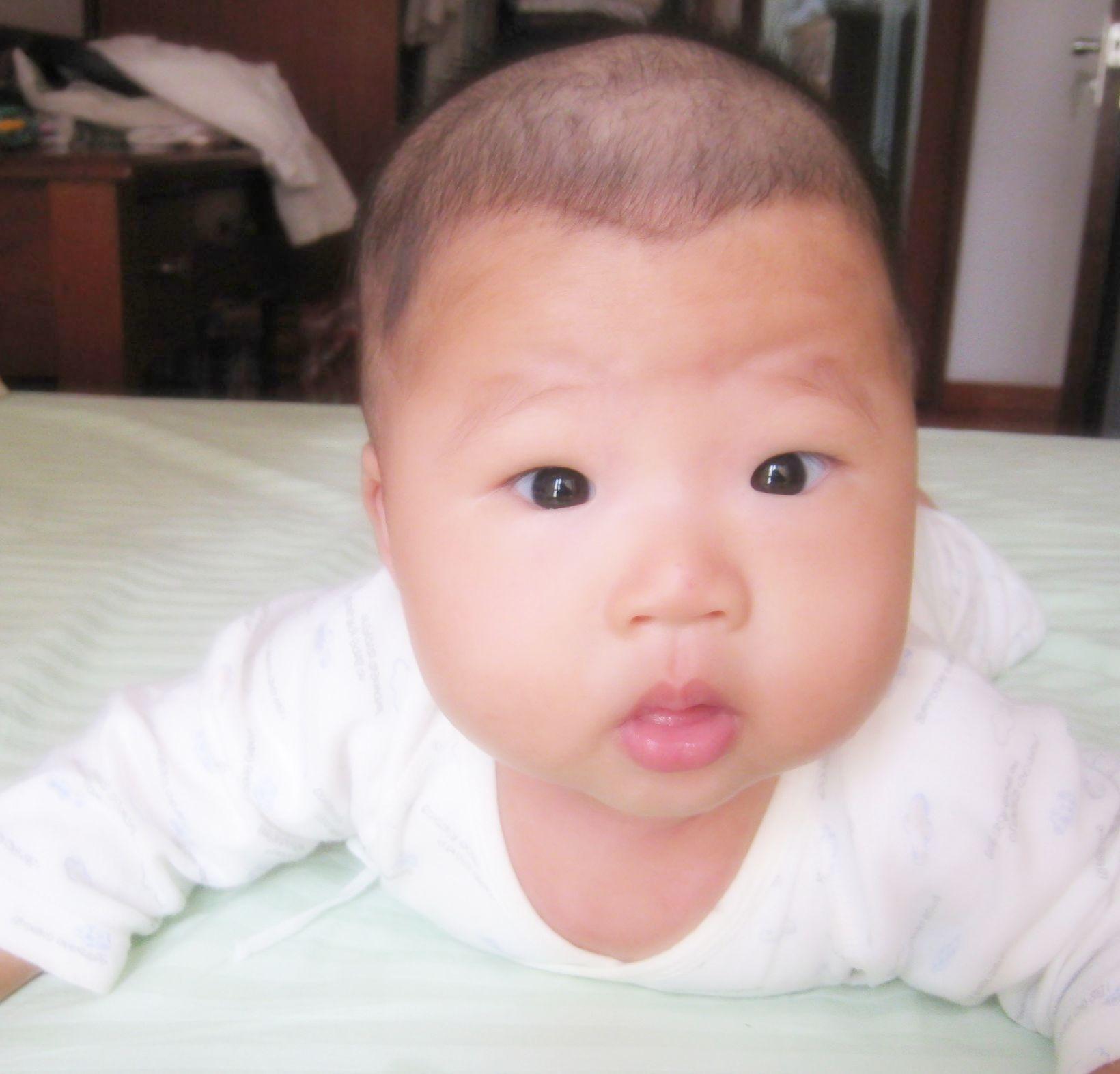 小眼睛可爱宝贝的照片