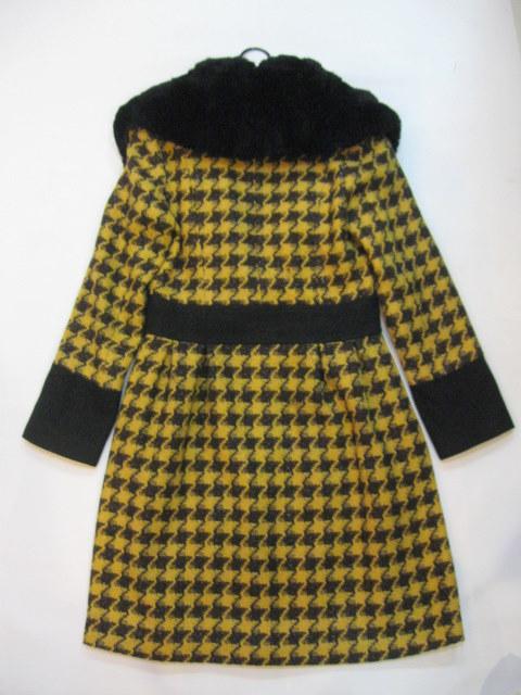 玫红毛料短外套与裙子搭配图