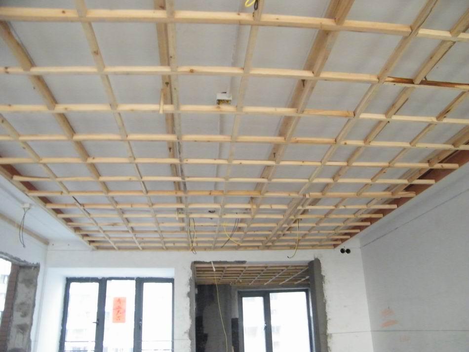 木工天花木架今天把客厅吊上去了