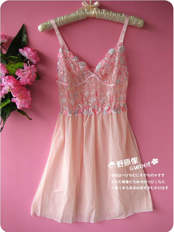 考究的薄纱蕾丝精致的欧式刺绣,非常lolita公主感觉,深v设计,最显胸部