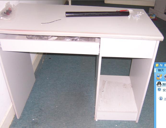 > 七八成新的办公桌便宜卖啦