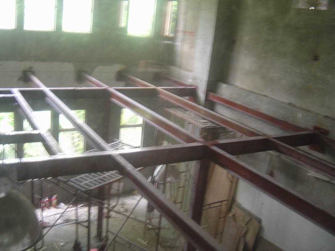 80平面钢结构隔层施工过程