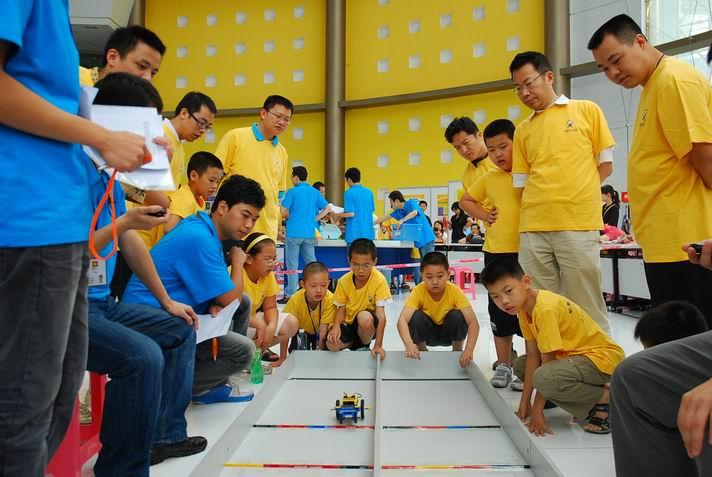 2010年深圳家庭机器人挑战赛 - 想想老师 - 走近机器人