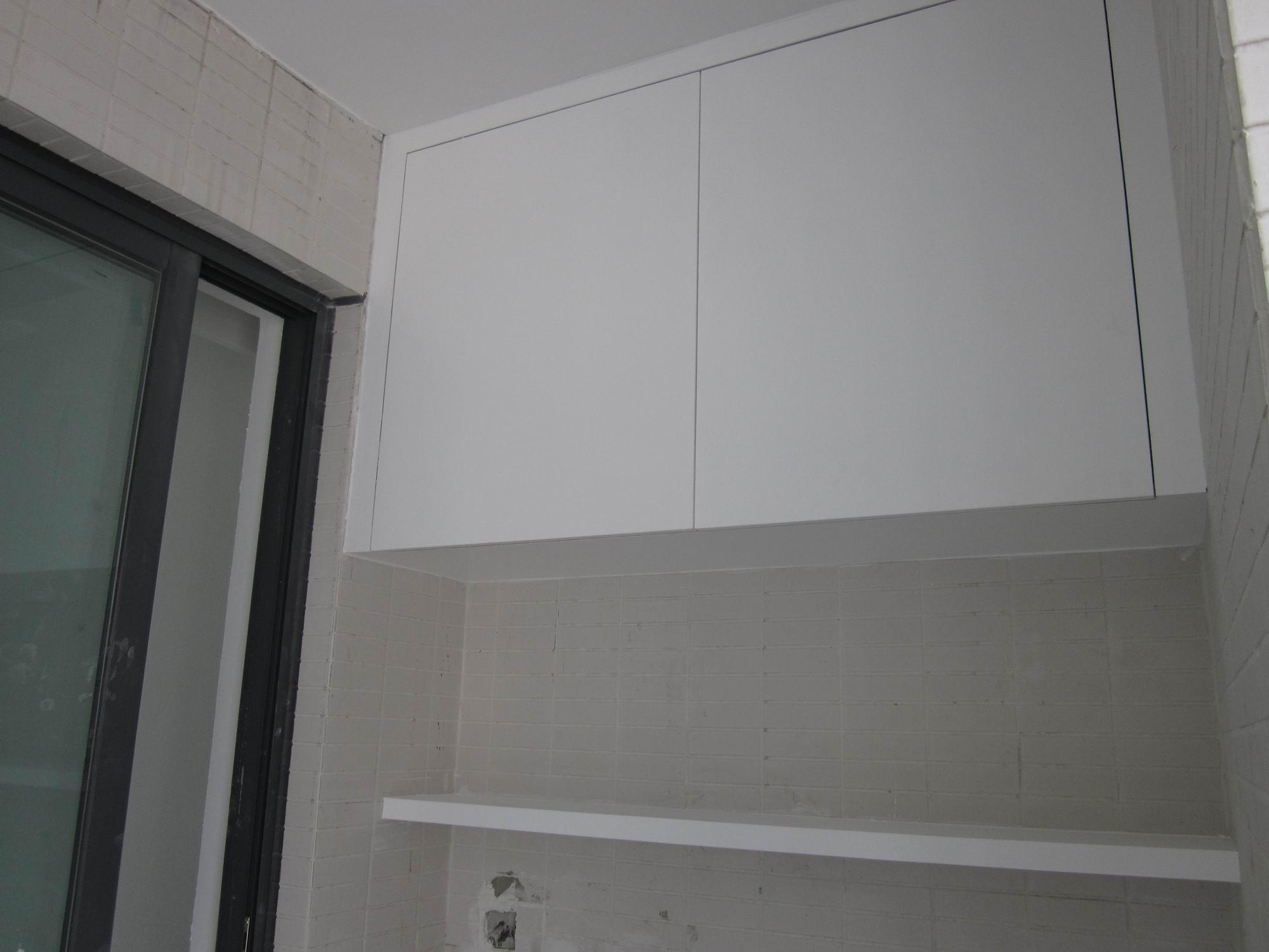 阳台吊柜与隔板,下面准备放洗衣