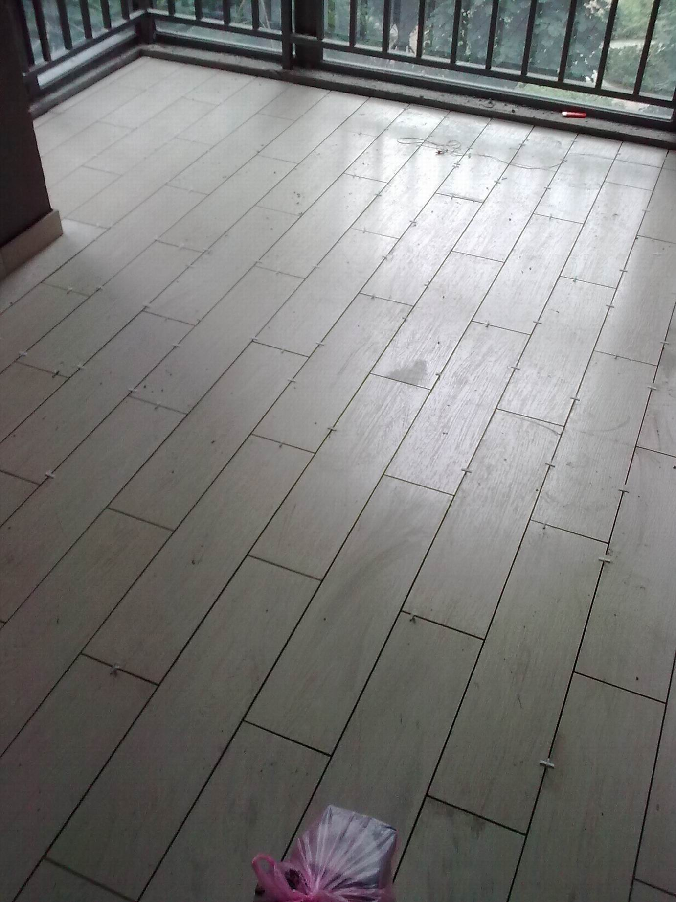 发两张贴得像木地板的瓷砖(内空)