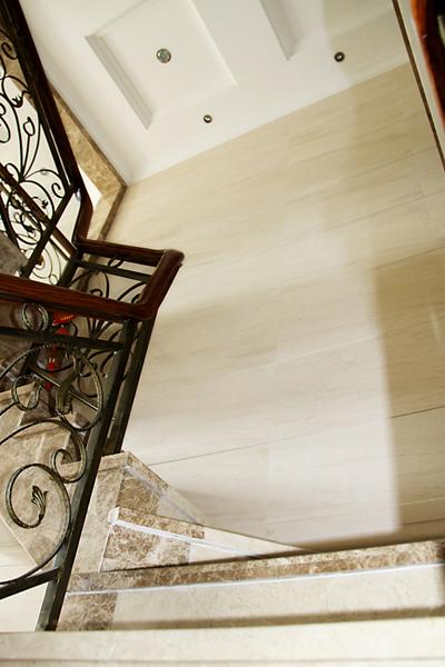 楼梯后方的就是法国木纹石