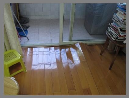 我家的木地板因为阳台漏水