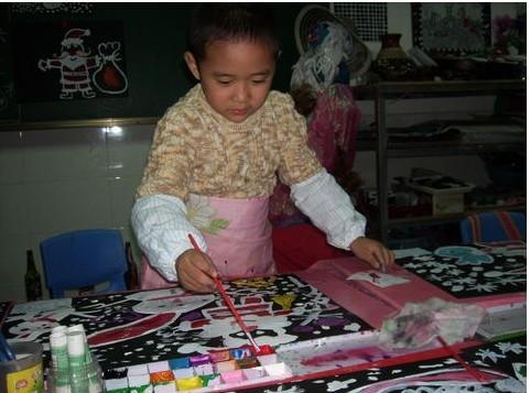 在幼儿园里学画画
