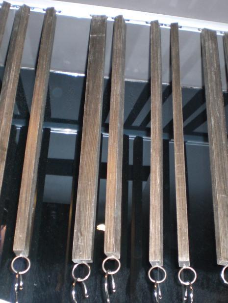 个服装店里挂衣服的木条
