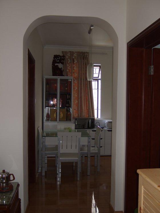 先给张整体的效果..冰箱对面就是饭桌, 酒柜和餐边柜了..级别