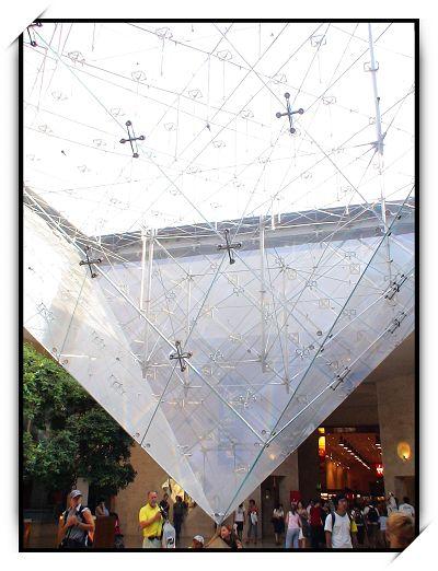 正立的玻璃金字塔,象征着男人的利剑 倒立的金字塔尖,则象征着女人