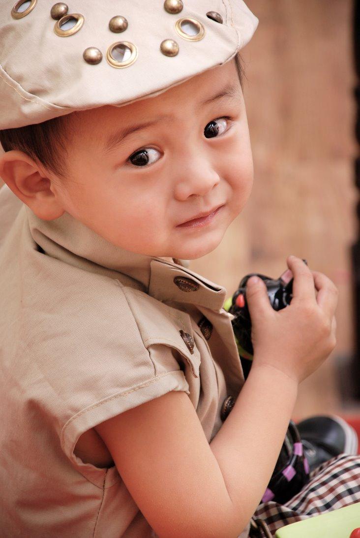 小男孩噘嘴可爱图片
