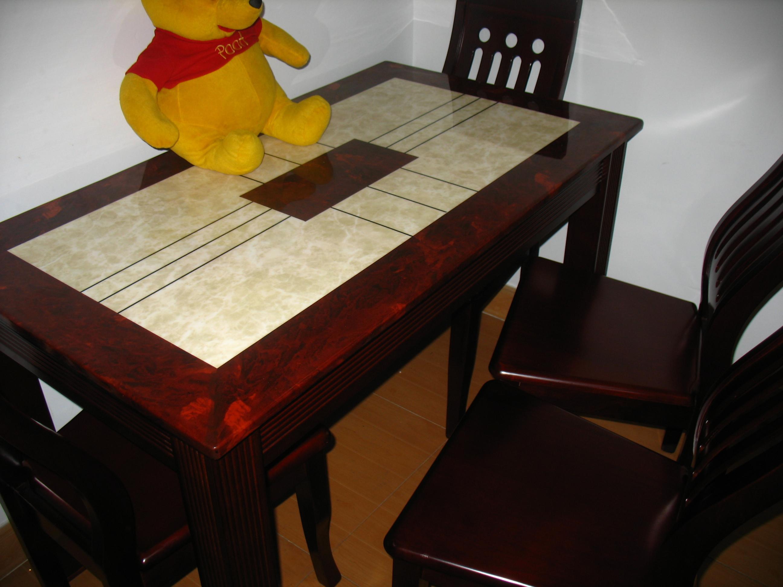 前几天买了个全新大理石餐桌,大理石桌面,很厚,一个人很难搬动,加4个实木的餐椅,超舒服,仿红木颜色。 刚买回家就后悔了,虽然我们都很喜欢这个餐桌的款式,但是客厅太小,餐桌太占地方,出入不方便,只能卖了换个小点的。 餐桌加4把餐椅,尺寸:长125cm×宽70cm×高75cm,原价1200元,现8折转让,欢迎上门看,上梅林汇龙花园,不负责送货。 有意者请悄悄,或者QQ:20111958 提示:一定要量好尺寸再做决定。