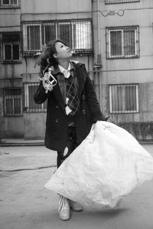 街头惊现最美女乞丐,女版犀利哥图片