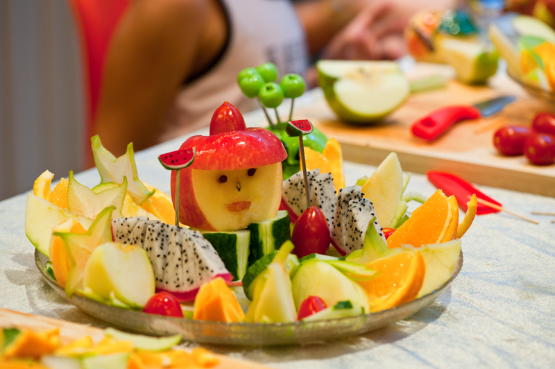 参赛选手可自选水果品种(可自带水果),加上自己的设计理念,在30分钟内完成水果拼盘的制作,以简单的个体水果通过形状、色彩、造型等几方面,艺术性地结合为一个整体。然后阐述作品的营养价值、造型创意,以作品造型独特、色彩、营养搭配合理取胜。   每组限3人,作品制作限时,最终评出一等奖1名, 二等奖2 名,三等奖3名,最佳创意奖1名,最佳造型奖1名,最佳色彩搭配奖1名,最佳环保奖1名。   吃西瓜大赛。参赛者分成老年组、小朋友组、青年男子组、青年女子组,每组参与人员的上限为15人,在指定的时间内吃得最快者获胜,