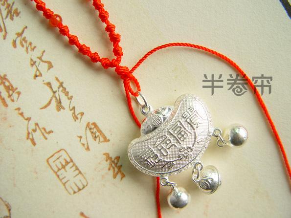 【材质】990足银长命锁+石榴石珠手编红绳