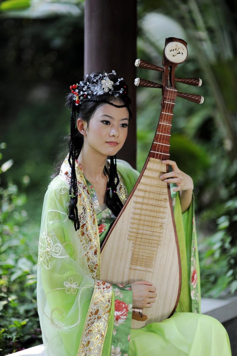 美女弹琵琶